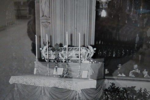 TRUMNA Z RELIKWIAMI W KATEDRZE WARSZAWSKIEJ 1938_4889